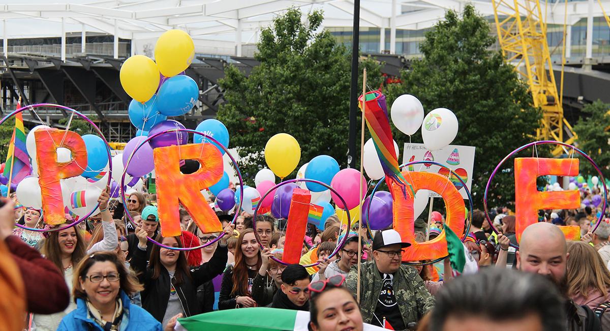 Kuvassa Helsinki Priden nuorten pride -tapahtuman osallistuja