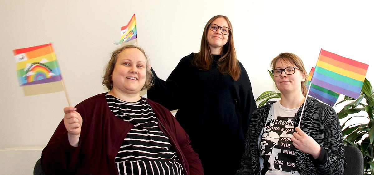 Kuva:Vasemmalta oikealle toimistoassistentti Tiina Luotola, seniorityön asiantuntijan sijainen Suvi Kehälinna ja viestinnän asiantuntijan sijainen Sohvi Hellsten