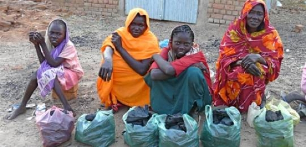 Sudanese Women selling charcaol. Rita Willaert/ Flickr (Creative Commons)