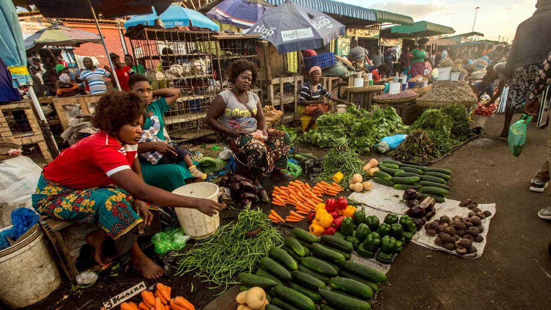 Women selling fruit and vegetables at Lusaka City Market (Photo: Salim Dawood/Hivos)
