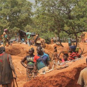 Artisanal miners in Mali. Estimates suggest there are more than 200,000 artisanal gold miners working in Mali (Photo: MOISESFOCUS, Creative Commons via Wikimedia)
