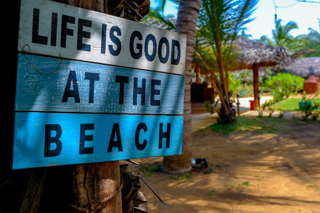 bord op strand van Sri Lanka