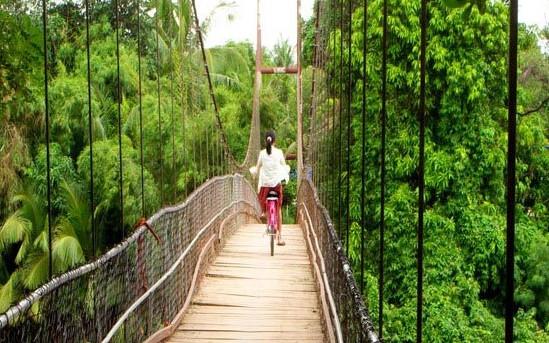 Meisje op fiets in Cambodja