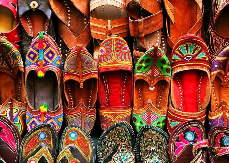 Kleurrijke schoenen in India